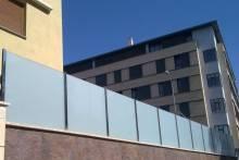 Valla de acero y vidrio