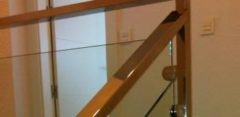 baranda de acero y vidrio