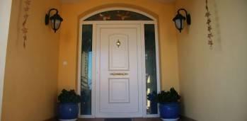 Puerta PVC de calle con vidriera