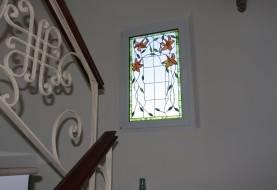 Ventana con vidriera decorada