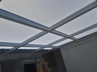 Techo de cristal de elevado control solar y estructura de acero lacado